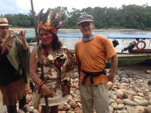Ein Schweizer mit einer Indianerin aus dem Kriegerstamm der Waorani.